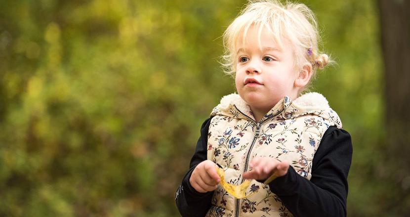 「ママ」という言葉さえ忘れてしまった認知症の5歳少女。記憶が消えゆく中、家族は幸せな思い出を作り続ける