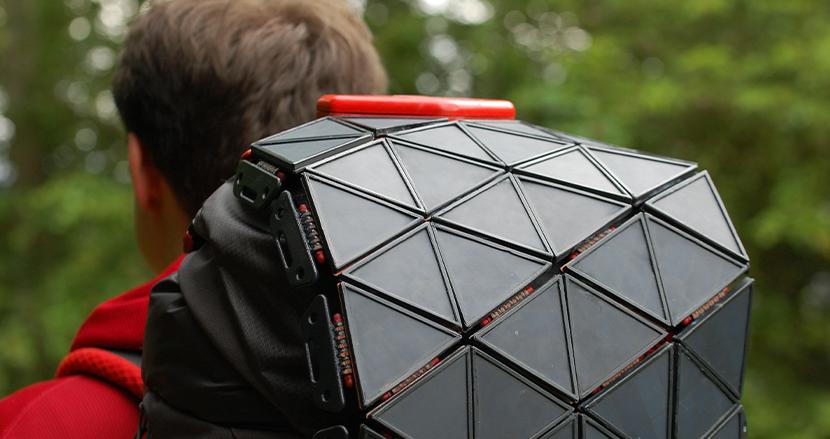 アウトドアでも歩きながらUSB充電が可能!ソーラーパネル付きバックパック「SunUp」開発者のイギリス人デザイナーがその魅力を語る