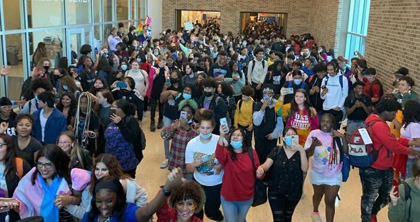 トランス女性の女子更衣室使用を禁じた高校で、生徒たちが教室を飛び出し抗議デモ