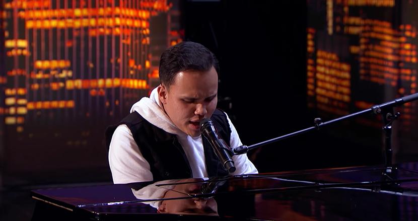 奇跡の歌声に涙! 自閉症を患った盲目男性のピアノ弾き語りに全米が圧倒される