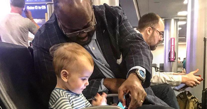 空港で出会った少女と男性。年齢や人種、性別の壁を超え、一瞬で友情を育んだ奇跡に世界が感動