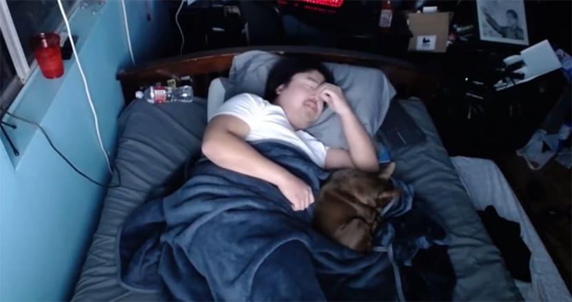 投げ銭で睡眠を妨害!? 寝ている姿を配信し、一晩170万円相当儲ける26歳男性の驚愕の稼ぎ方