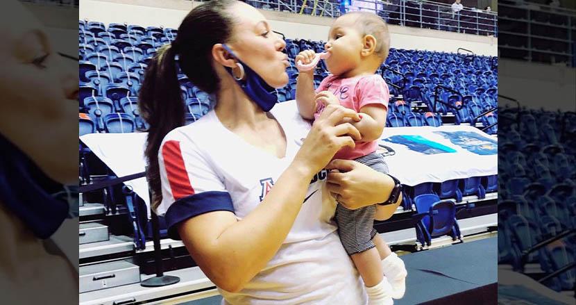 ハーフタイム中、我が子のために母乳を搾りに行った女性コーチに称賛の声。全米学生女子バスケの優勝決定戦で