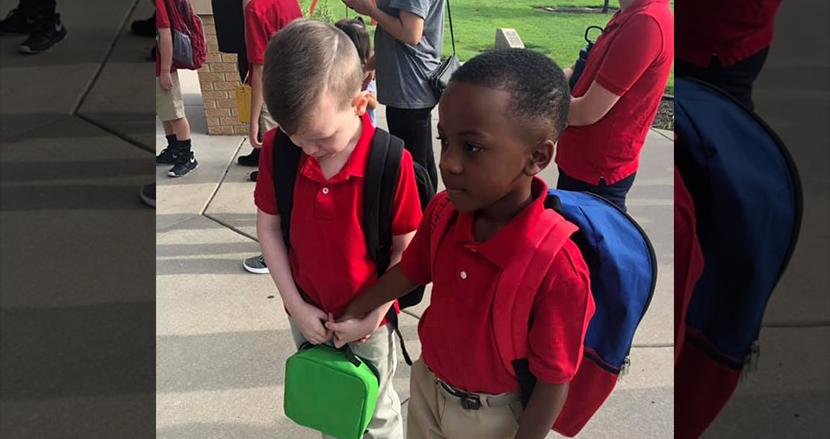 新学期初日、泣いている自閉症の少年に同級生が手を差し伸べる。友達となった2人にSNS上で称賛の声