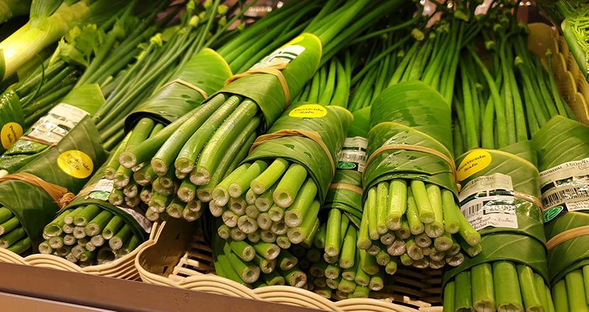 ビニール袋の代わりにバナナの葉を使用。タイのスーパーのプラスチックごみ削減に向けた取り組みが話題