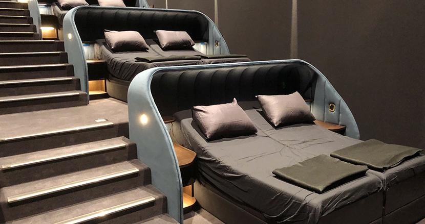 ダブルベッドに寝転がりながら映画を満喫! 画期的な映画館がスイスに登場