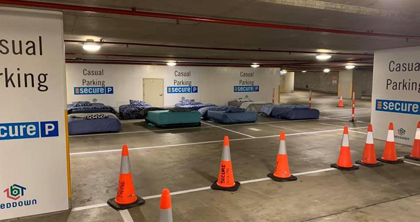 深夜の駐車場にベッドが勢揃い!オーストラリアで行われたホームレス保護の取り組みが話題に