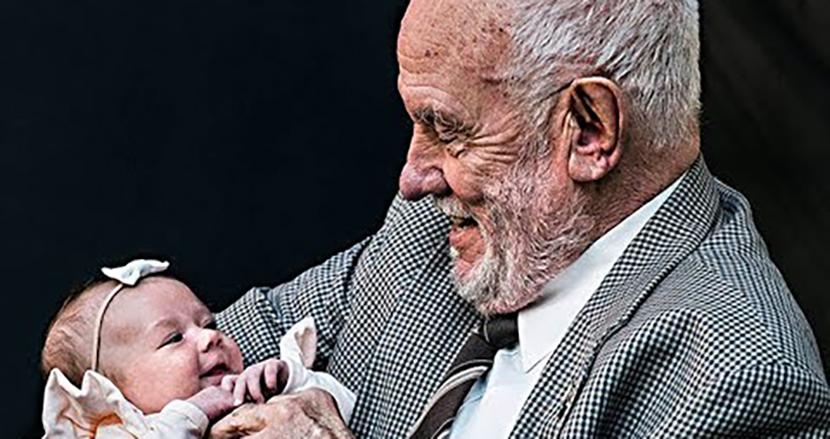 特殊な抗体をもつ血液で、60年間に240万人の子どもを救った「黄金の腕を持つ男」の偉業