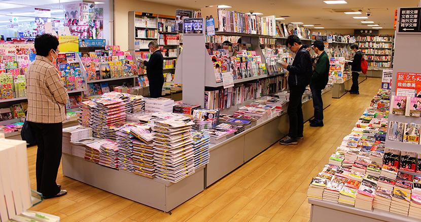 書店で本棚の「下の引き出し」を勝手に開けるのはNG? 客のクレームを巡り議論紛糾