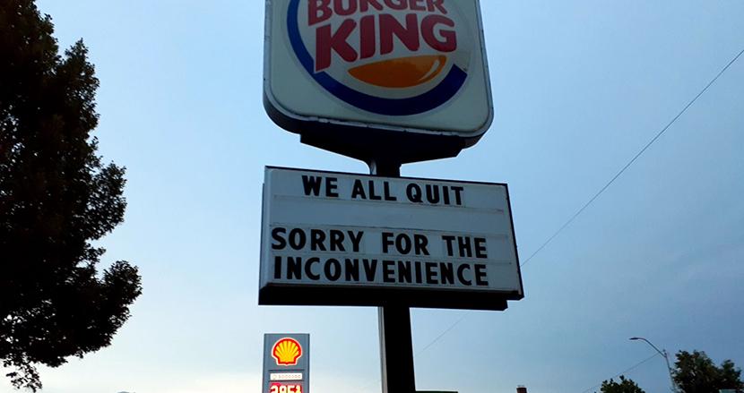 「私たちは全員辞めます」過酷すぎる労働環境に米バーガーキングの従業員たちが掲げたメッセージ