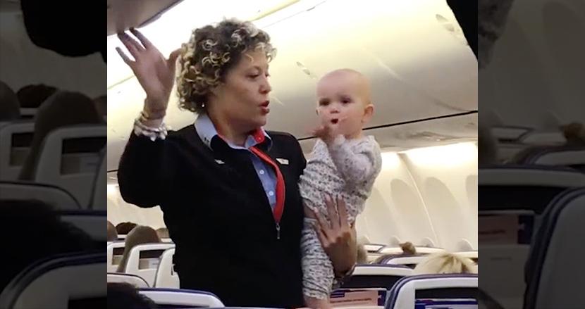ぐずりだした赤ちゃんを、母親の代わりに抱っこした客室乗務員。機嫌を直した赤ちゃんは乗客たちに投げキッス