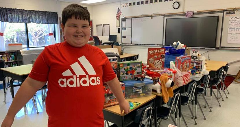 火事ですべてを失った8歳の男の子、クラスメイトからのおもちゃのサプライズに感動の嵐