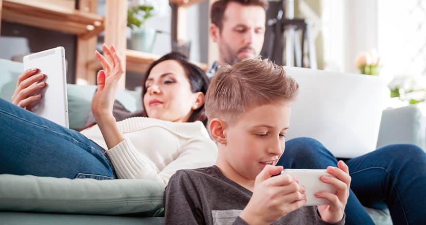 人間は生涯、44年間もスマホなどデジタルデバイスの画面を見て過ごす。米英調査結果に衝撃が走る