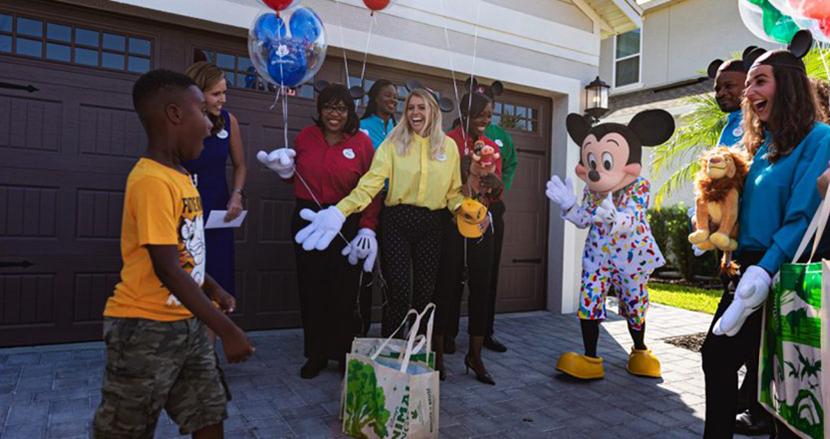 ディズニーへの旅行代を全額ハリケーン被災者に寄付した6歳の少年、後日ミッキーが自宅に訪問するサプライズ!