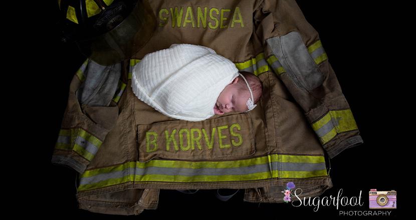 消防士が亡くなった9カ月後に生まれた赤ちゃん、父親の消防服に包まれた写真に心を揺さぶられる
