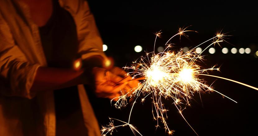 「消毒液を使った手で花火をするのは危険」引火の危険性を指摘する米国専門家の薦める解決策とは?