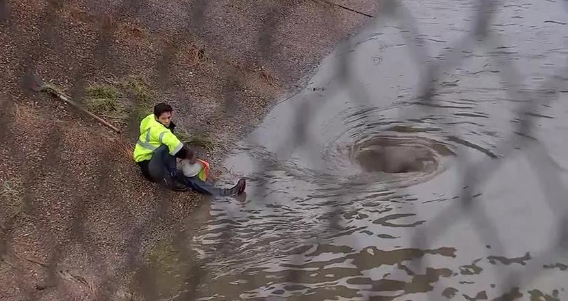高速道路の冠水をたった一人で直し、街のピンチを救った無名の「ヒーロー」に胸が熱くなる