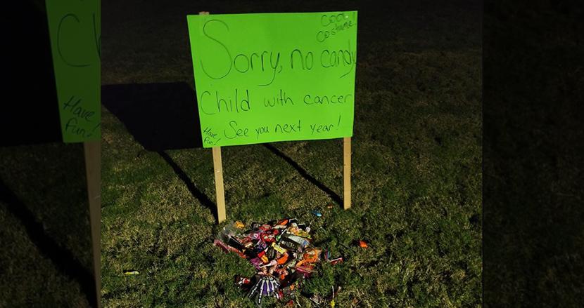 子どもがガンでハロウィンに参加できない家族にサプライズ!立て看板の前に近所からお菓子のプレゼント