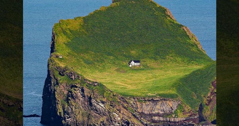 ビョークの家とも噂になっているアイスランドの無人島に佇むポツンと一軒家。その正体が明らかに
