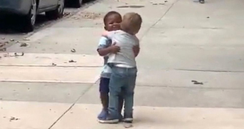 黒人と白人の子どもが駆け寄り、熱いハグ!人種にとらわれない友情にSNSで1900万再生