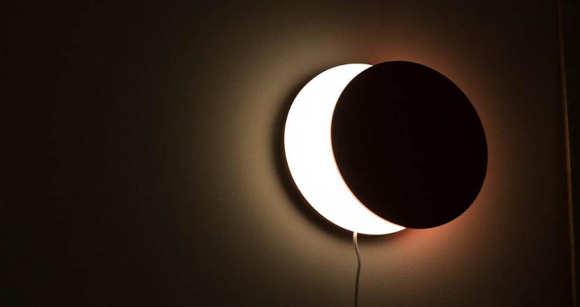 部屋の雰囲気をガラリと変えてくれる三日月ライト「BELLA LUNA」。手軽にリラックス空間を演出できそう