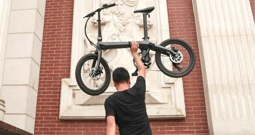 1回の充電で120km走れるのに、片手で持ち上がる超軽量電動アシスト自転車「VELMO」