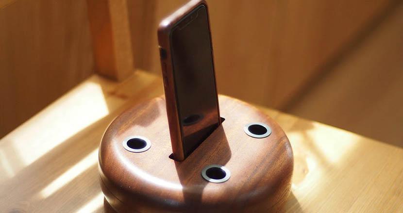 世界三大銘木アフリカンマホガニーを使った「スタンド型無電源スピーカー」。アウトドアでも室内でも贅沢な音楽体験を