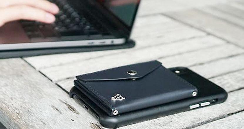スマホに装着して使う財布「and W」。電子決済の普及が財布のありかたを変えていく