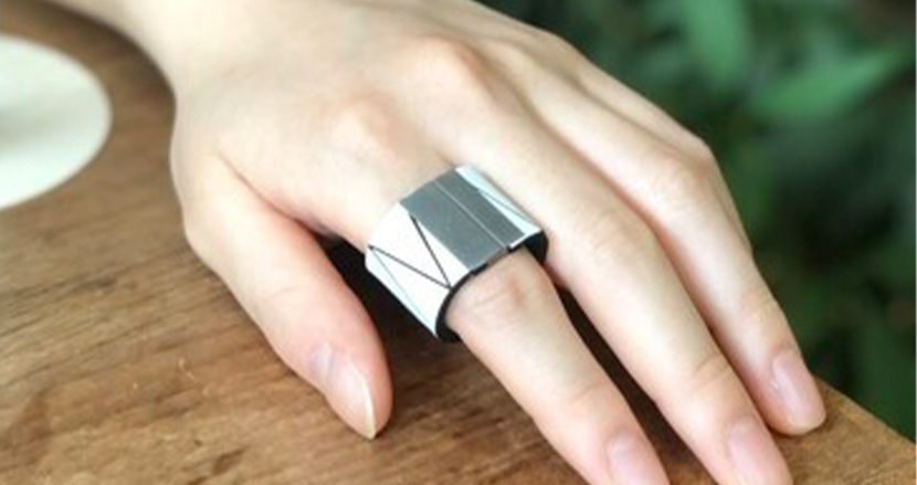 電子マネーを組み込んだ指輪型決済デバイス「RINGO PAY」。 ガジェットらしくないデザインも嬉しい