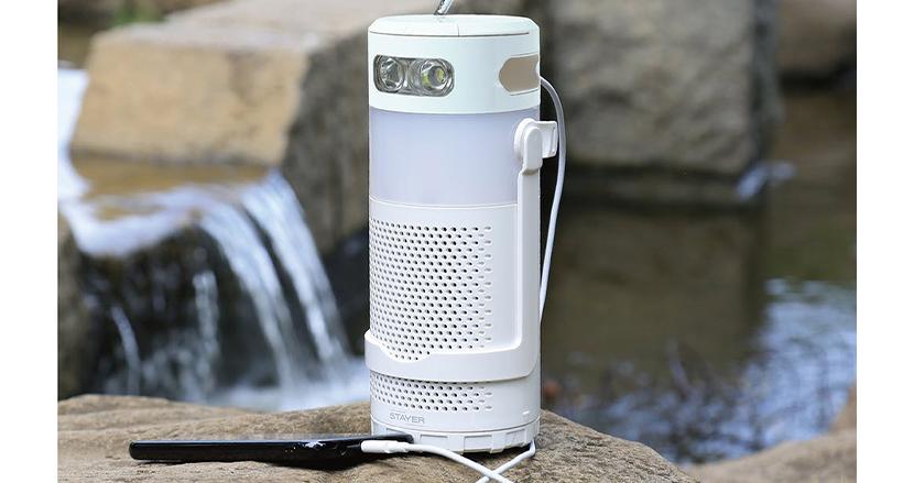 塩と水で発電する防災グッズ「マグネ充電器PLUSラジオ」。約6日間分のスマホの充電を確保