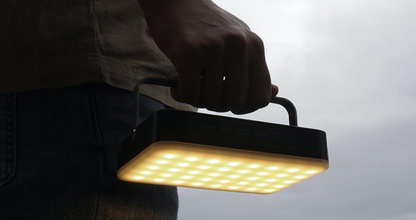 24種のライティングでキャンプを快適にする「hinataランタン」。スマホの高速充電にも対応の大容量バッテリー