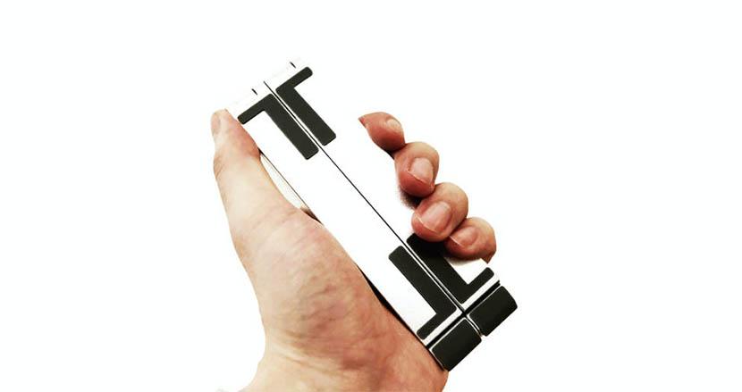 あらゆるサイズのデバイスを支える変形スタンド「THE BAR」。無段階調整できるので、使い勝手抜群