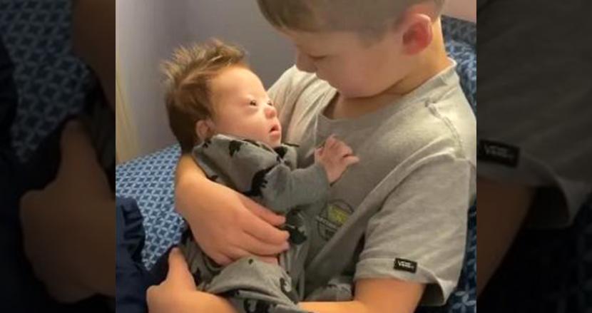ダウン症の弟にジャスティン・ビーバーを歌ってあやす6歳の男の子、ハートフルな動画が世界中で話題に