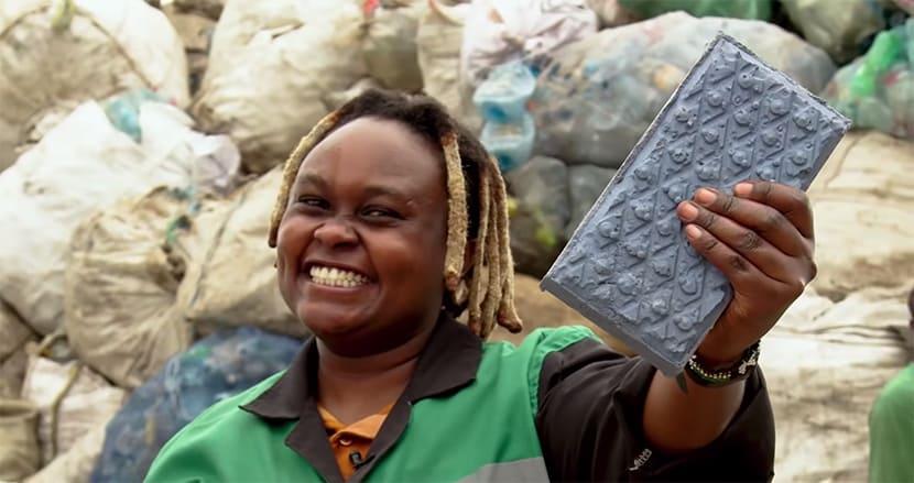 ケニア人女性、プラスチック廃棄物からコンクリートの5〜7倍の強度を持つレンガを開発