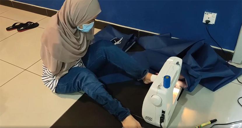生まれつき両腕のない女性、医療従事者のために足でマスクを編む。ハンディキャップに負けない生き様に称賛の声