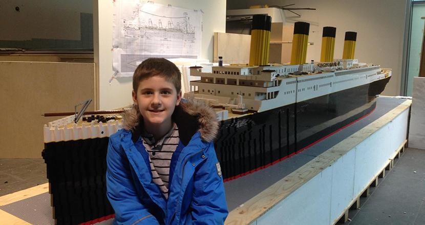5万6000個のレゴで世界最大のタイタニック号を作った自閉症の少年、その裏には温かい家族の支えがあった