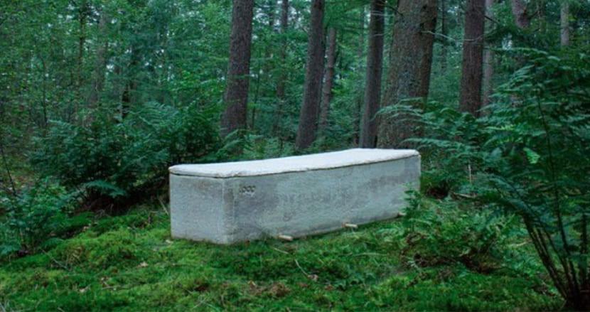 遺体を地球の栄養素に。100%キノコ製の棺桶「リビングコクーン」が火葬や土葬に問いを投げかける