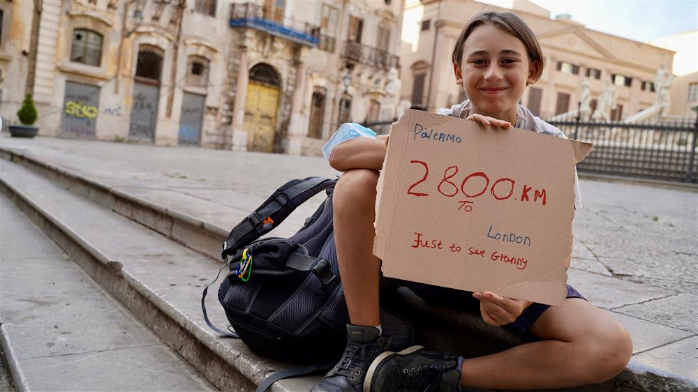 大好きな祖母に会うため2800キロ歩いて旅した10歳の少年、ロックダウン中の偉業に感動の声