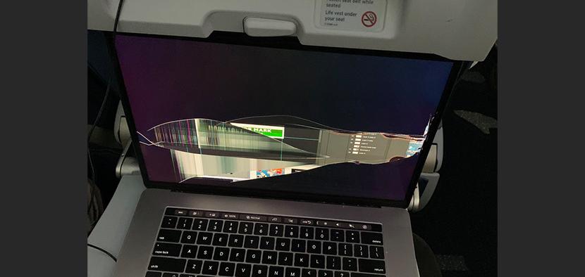 飛行機のリクライニングでMacBookの画面が大破!航空会社からのテンプレ謝罪に怒り心頭