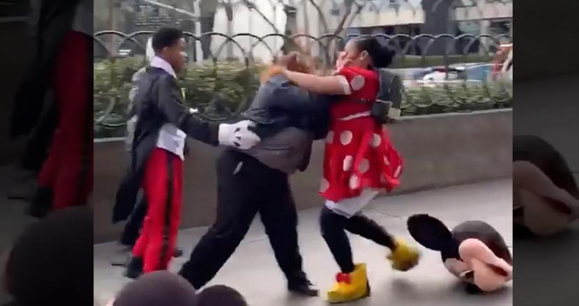 ミニーマウスの着ぐるみ女性と女性警備員が大乱闘!ラスベガスの路上で子どもたちの夢が壊れる