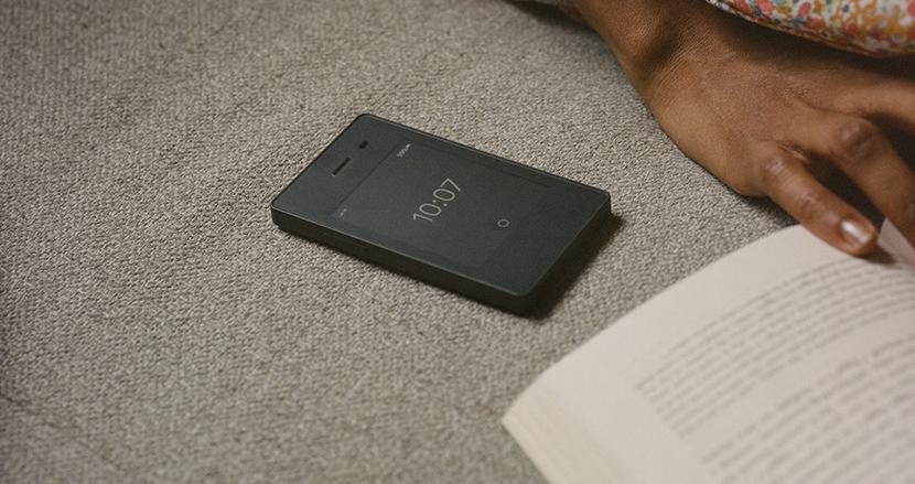 「なるべく使わない」がコンセプト。E-ink搭載でシンプルなスマートフォン「Light Phone 2」