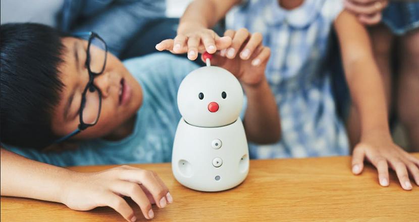 グッドデザイン賞受賞のファミリーロボット「BOCCO emo」はあなたと一緒に成長していく