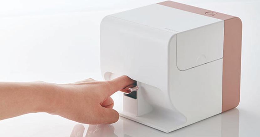 「指を入れるだけ」でネイルが印刷できるデジタルネイルプリンター「PriNail」