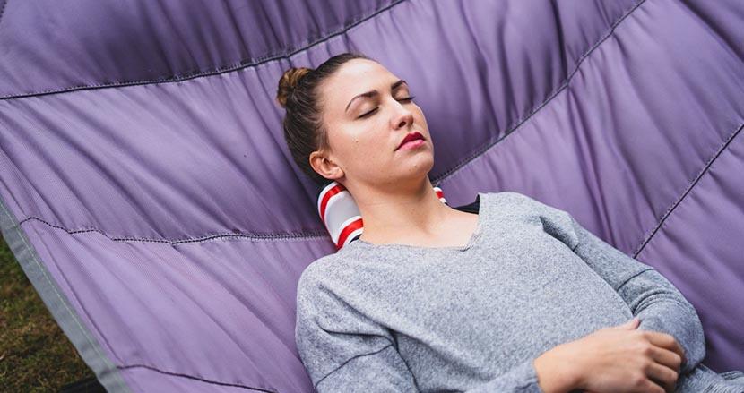 寝るだけで首のストレッチが行える首専用クッション「necksaviour」(ネックセービアー)