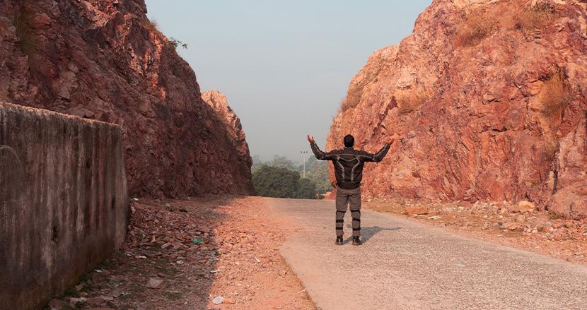 最愛の妻を思い、22年間のみとハンマーで岩山を削り続け、新たな道を切り開いたインド人男性がSNS上で話題に