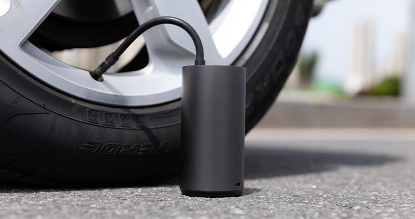「電動」「パワフル」そして「持ち運べる」。浮き輪から自動車タイヤにまで対応した、ドリンクボトルサイズのモバイル電動空気入れ