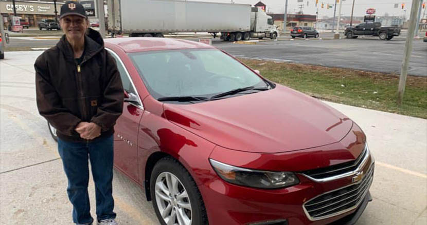 31年間、真面目に働き続けたピザ配達員にサプライズ!街の住人からチップとして車が贈られる