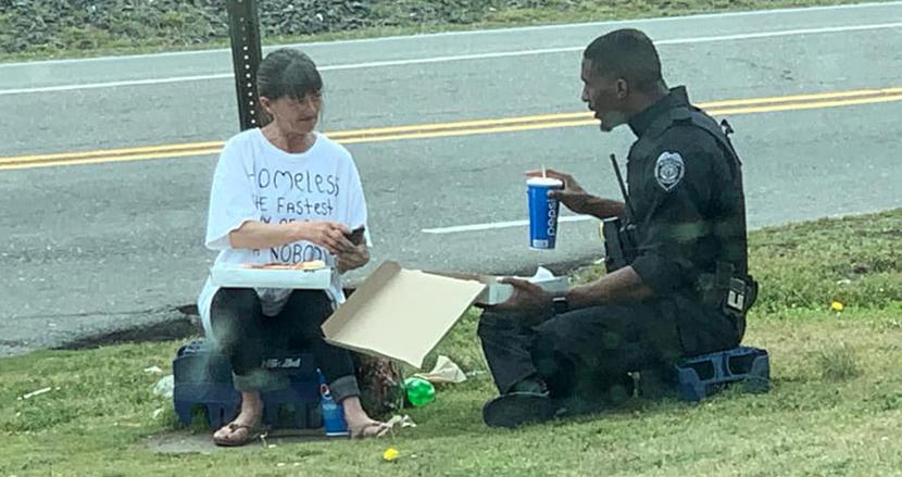 ホームレス女性とピザを分け合いランチする警察官にほっこり「警察官とホームレスは似ています」