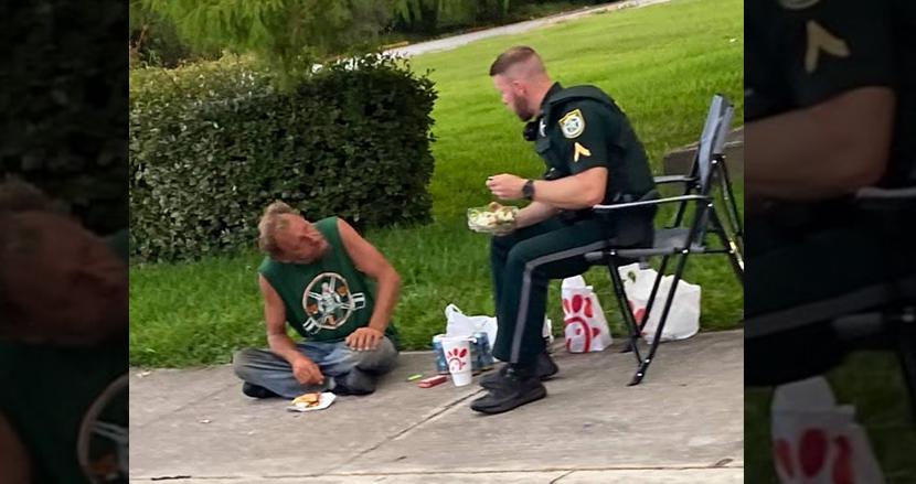 ホームレス男性と路上でランチをシェアする警察官に心温まる「誰にも認められなくても良い行いをする人はいる」