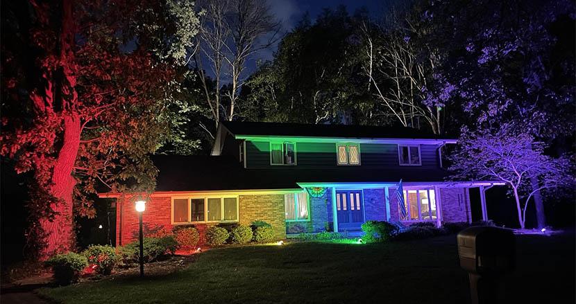 レインボーフラッグを玄関先に掲げることを禁止した結果、自宅を虹色に輝かせるカップル現る